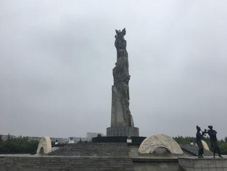 """主题雕塑""""友谊·和平·春天""""耸立于春天广场中央。"""