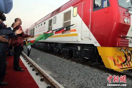 资料图:2017年5月31日,由中国企业承建的肯尼亚港口城市蒙巴萨至首都内罗毕的蒙内铁路成功开通。中新社记者 宋方灿 摄