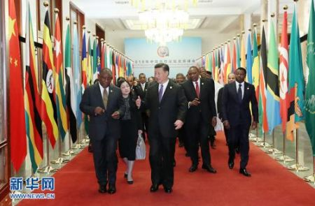 9月3日,中非合作论坛北京峰会在人民大会堂隆重开幕。中国国家主席习近平出席开幕式并发表主旨讲话。这是习近平同出席论坛峰会的外方领导人走向会场。 新华社记者 庞兴雷 摄
