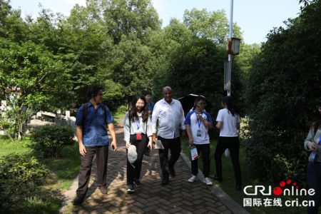 外媒记者在黄马凤凰沟景区考察当地的文旅产业 摄影 胡竹根