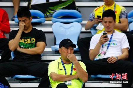 资料图:李永波(中)等在场边观赛。 中新社记者 富田 摄