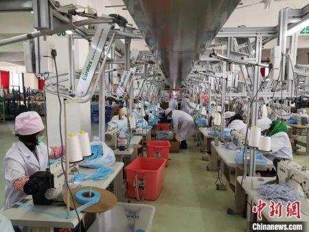 图为柳州一纺织企业转型做口罩。 林馨 摄