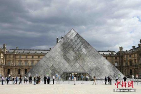 当地时间7月6日,法国巴黎卢浮宫恢复开放,采取严格的疫情防控措施,控制参观人数。