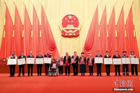 2月25日,全国脱贫攻坚总结表彰大会在北京人民大会堂隆重举行。图为全国脱贫攻坚楷模荣誉称号获得者在大会后合影。 中新社记者 盛佳鹏 摄
