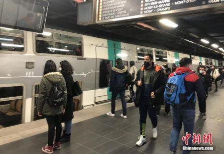 3月1日,疫情下法国巴黎的一个城郊火车站站台。 中新社记者 李洋 摄