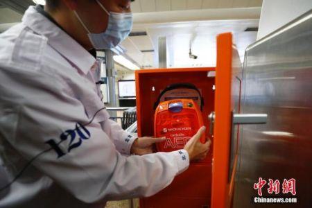 资料图:急救中心工作人员在讲解AED使用技巧。中新社记者 富田 摄