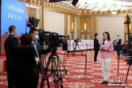 3月4日晚,十三届全国人大四次会议新闻发布会在北京人民大会堂新闻发布厅举行。图为新闻发布会开始前,央视记者在分会场梅地亚中心内进行直播。 中新社记者 蒋启明 摄