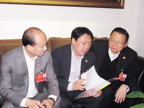 菲华商联总会理事长张昭和(右)与其他海外侨胞代表一起热议他们关注的