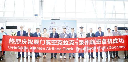 一架中国厦门航空公司班机28日上午自泉州飞抵菲律宾克拉克,標誌著泉州至克拉克直飞航线正式开通。图为在克拉克机场举行的庆祝首航成功仪式。