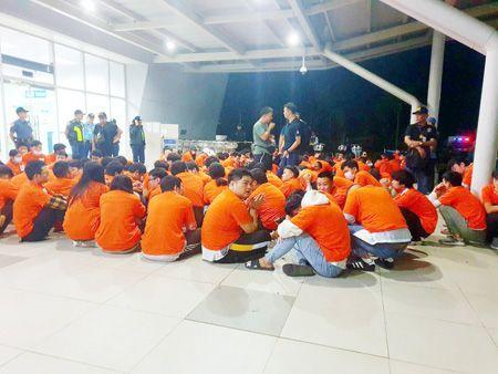 图为昨天在巴拉湾省被捕並被移民局遣配出境的301名中国电信诈骗犯。