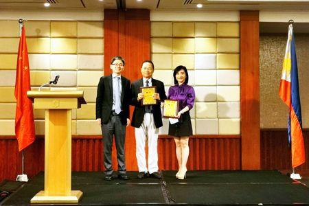11月26日,中国驻菲律宾大使馆2019年领事协助志愿者会议在马尼拉举行。驻菲使馆临时代办檀勍生(左)向黄惠弼(中)、吴黎芽颁发优秀领事协助志愿者奖。