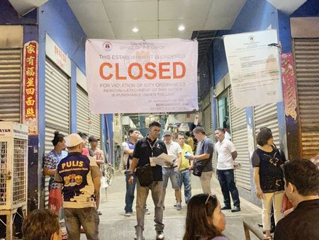 图为马尼拉市政府人员昨晚前往查封亚笼计菜市。