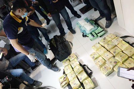 图为当局昨日在拉斯宾迎示一个公寓单位內起获的价值4.5亿披索沙雾。