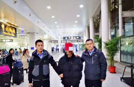 图为德州警方成功从菲律滨抓回的逃犯。