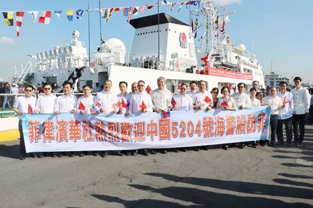 图为华社代表昨天在马尼拉港15號码头欢迎中国海警5204舰抵菲访问。这是中国海警舰艇首次访问菲律宾。