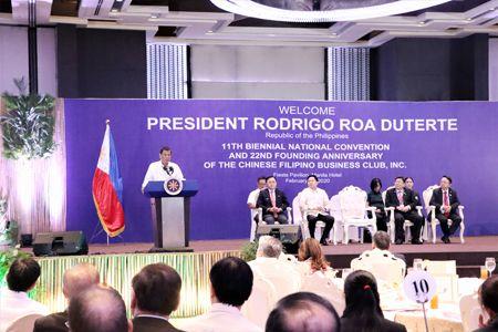 图为杜特地总统昨天在马尼拉大酒店举行的菲华工商总会会员大会上发表演讲。